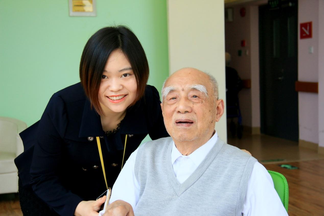 图六为上海美庭阳光家园院长与百岁老人合影