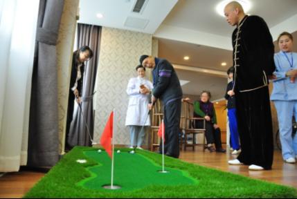 图十五  入住老人在打迷你高尔夫。