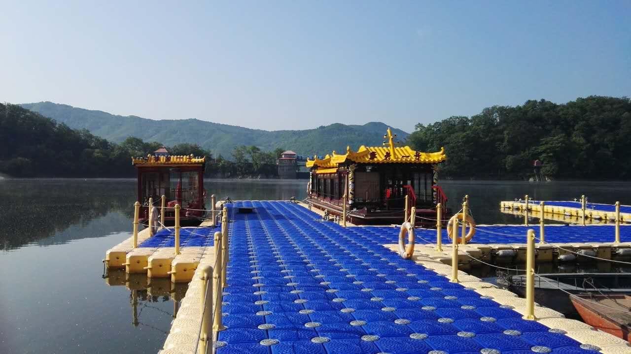 水上娱乐,为保护生态环境,游船都是电力驱动。