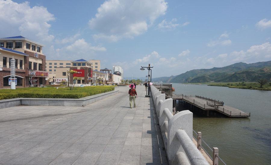 这就是鸭绿江,右边是朝鲜。