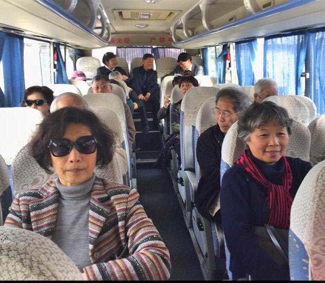 1会员们前往佘山养老社区.jpg